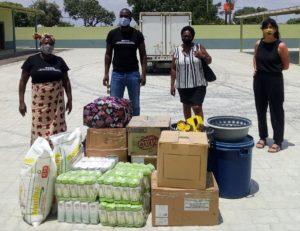 Membros da Masna com a coordenadora de Cáritas, Elena Gaboardi durante a entrega dos bens.